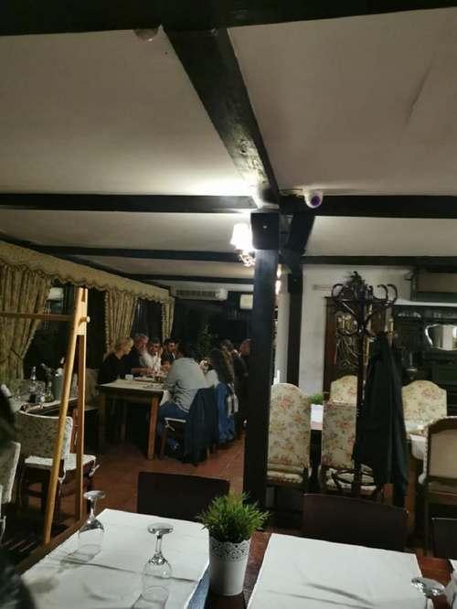 Imagini cu Marcel Ciolacu în restaurantul unei pensiuni, nerespectând măsurile de distanţare / Romaşcanu: Am fost trei grupuri la trei mese. Poza e făcută când ne-am aşezat împreună la masă pentru scurt timp. A venit poliţia şi nu a constatat nereguli