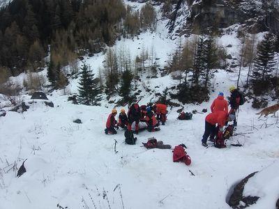 UPDATE - Trupul bărbatului care a murit în Munţii Bucegi în încercarea de a o salva pe tânăra cu care se afla, coborât din munte - VIDEO