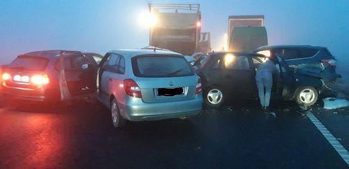 Accident în lanţ în care au fost implicate peste 10 autovehicule, pe centura Braşovului. Trei persoane au fost rănite - FOTO