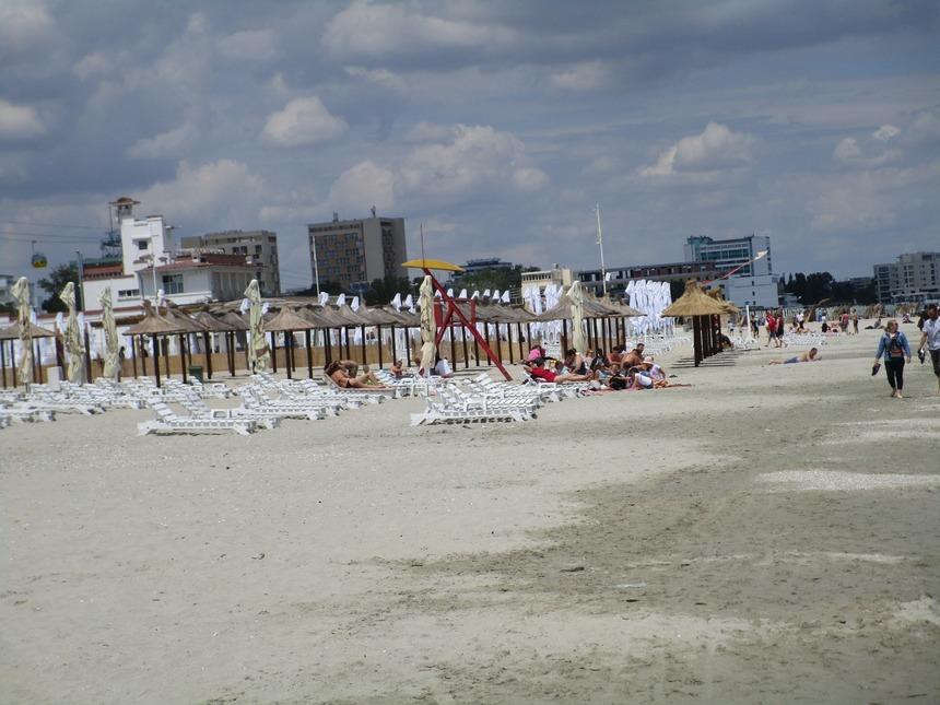 Guvernul a stabilit că persoanele care merg la plajă în zona fără şezlonguri, la malul mării, trebuie să respecte aceleaşi reguli de distanţare