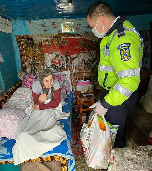 O bătrână din Vaslui a sunat la 112 și a spus că nu are ce mânca. Polițiștii i-au cumpărat alimente